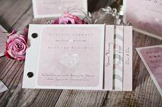 Schöne Beispiele und Tipps, um eure Hochzeitseinladungen selber gestalten zu können, findet ihr in unserer großen Bildergalerie...
