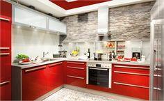 Rassiges Rot regiert die Welt! Kombiniert mit Verblendern ist diese Küche ein echtes Highlight. Die Steinwand setzt einen klaren Kontrast und wirkt sehr modern.