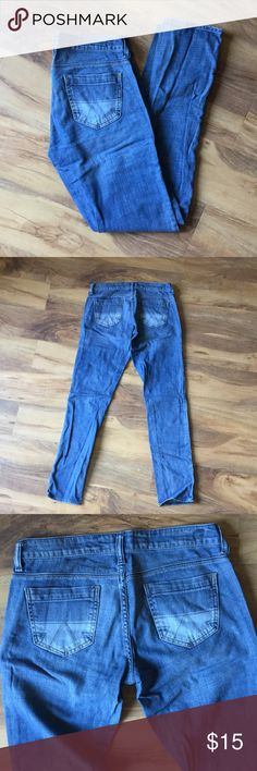 American Eagle jeans size 4 long These are American Eagle jeans in a size 4 long. They're inbetween skinny and straight leg 💙 American Eagle Outfitters Jeans Straight Leg