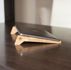 (1) laptop oak wood stand – TwinsWood Bookcase Desk, Laptop Stand, Wooden Watch, Wood Texture, Groomsman Gifts, Boyfriend Gifts, Solid Wood, Hardwood, Ideas