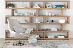Uma estante organizada e bem decorada pode ser o complemento ideal para um ambiente. Confira 10 ideias para tornar este móvel o destaque!