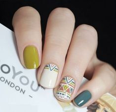vernis a ongles nail art vert blanc beigne motif ethnique traits tendance mode automne hiver 2018 2019 nail polish nail art green white donut ethnic pattern features trend fashion fall winter 2018 2019 Spring Nail Art, Spring Nails, Nail Design Glitter, Nailart Glitter, Tribal Nails, Fall Nail Art Designs, Nagellack Trends, Trendy Nail Art, Manicure E Pedicure