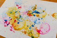Alle Kinder lieben Seifenblasen! Die Idee, mit gefärbten Seifenblasen abstrakte Bilder zu gestalten, hatte ich bei Pinterest gefunden (ja, ich geb's zu – ich bin ein Pinterest-Junkie *g…