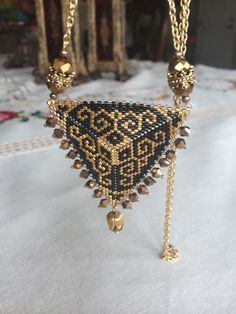 Triangle | biser.info - all about the beads and beaded works Seed Bead Jewelry, Bead Jewellery, Beaded Jewelry, Jewelery, Peyote Patterns, Beading Patterns, Beaded Earrings, Beaded Bracelets, Chokers