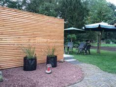 Deze schutting van smalle houten latten geeft deze boerentuin een moderne look Garden Inspiration, Patio, Amsterdam, Outdoor Decor, Modern, Home Decor, Trendy Tree, Decoration Home, Room Decor