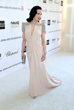 Dita Von Teese. Con un vestido rosa pálido con detalles en plata de Jenny Packham otoño 2012.