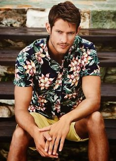 Pair a navy floral short sleeve shirt with yellow shorts to put together a laid-back and cool look. Rugged Style, Moda Tropical, Moda Blog, Yellow Shorts, Mens Suits, Suit Men, Men's Fashion, Fashion Menswear, Travel Fashion