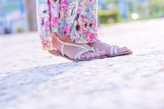 saia longa flora + blusa verde + sandália branca