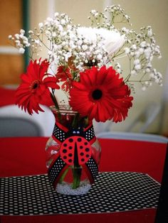 Ladybug Party Ideas: Table centerpiece with red and white flowers 2nd Birthday Parties, Baby Birthday, Frozen Birthday, Birthday Ideas, Ladybug Centerpieces, Centerpiece Ideas, Miraculous Ladybug Party, Ladybug Crafts, Ladybug Decor