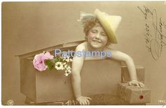 13642 REAL PHOTO GIRL IN A BOX WITH FLOWER YEAR 1908 POSTCARD