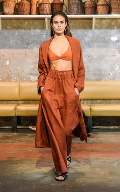 Get inspired and discover Bondi Born trunkshow! Shop the latest Bondi Born collection at Moda Operandi. Fashion 2020, Daily Fashion, Runway Fashion, High Fashion, Bleach Tie Dye, Wide Leg Linen Pants, Sustainable Fabrics, Models, Crop Shirt