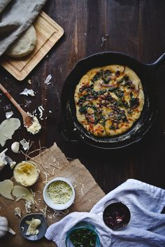 spinach, caramelized onion, & roasted garlic white pizza   http://tworedbowls.com