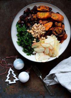 Opskrift på grønkålssalat med kanelbagte gulerødder. Den perfekte kombination af frisk og bagt. Server fx. salaten som en del af julemenuen.
