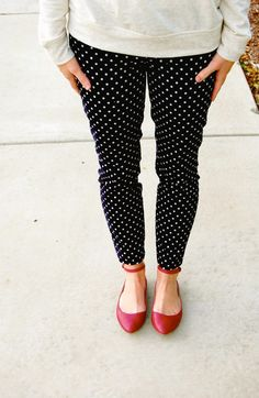 Black Polka dots trousers (or Navy), Gray top, Red shoes - Work Outfit Red Shoes Outfit, Outfits With Red Shoes, Polka Dot Jeans, Polka Dots, Outfits Pantalon Negro, Pixie Pants, Outfits Damen, Grey Pants, Black Slacks