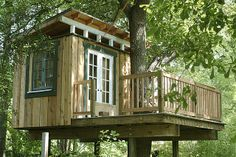 Simple Diy Treehouse For Kids Play 5 image is part of 70 Ideas Simple DIY Treehouse for Kids Play that You Should Make it! gallery, you can read and see another amazing image 70 Ideas Simple DIY Treehouse for Kids Play that You Should Make it! on website Simple Tree House, Tree House Plans, Tree House Deck, Cool Tree Houses, Tree House Designs, Diy Holz, Tree Wallpaper, Easy Diy, Simple Diy