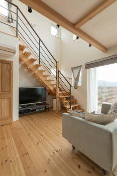 【アイジースタイルハウス】階段。ストリップ階段で空間も広々、それでいてリビングエアコン1台で家中暖かく快適な空間 Space Under Stairs, Tv Cabinet Design, Floating Stairs, House Stairs, Bedroom Loft, Simple House, Cozy House, Stairways, Interior And Exterior