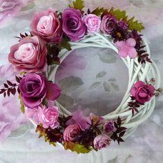 Wild+Roses+Romantický+zářivýbílý+proutěný+věnec+s+pudrovými+růžemi,+minirůžičkami+a+kvítkyhortenzie+v+šeříkových+odstínech.+Je+vyrobenzkvalitních+hedvábnýchkvětin,+které+jsou+k+nerozeznání+od+živých.+Rozzáříkaždý+interiér+na+několikletbeze+změny+vzhledu+a+barev.+Průměr+věnce+je+30cm.+Abyste+měli+výzdobu+barevně+sladěnou,+připravila...