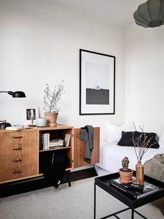 Buffet en bois vintage dans une chambre contemporaine
