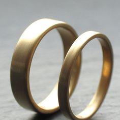 2mm + 4mm Ehering für Sie und Ihn, aus recyceltem 18 Karat Gelbgold, mit flachem Profil und gebürstetem Finish - #ehering #flachem #geburstetem #gelbgold #karat #profil #recyceltem,