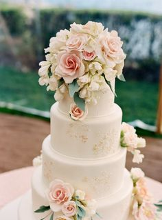 Lovely placement of sugar paste flowers and quantity used accents nicely.