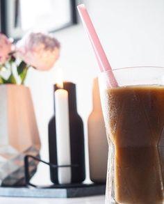 ICE ICE Kaffee ️ Ich gestehe - eher aus der Not,mal wieder den Kaffee kalt werden haben lassen,eine Tugend gemacht: Eiswürfel rein und ganz wichtig - die rosanen Strohhalme ⛱️  #blooms #coffee #coffeebreak #coffeeoclock #coffeetime #decor #decoration #flowers #germaninteriorbloggers #home #homeinspo #icecoffee #inspiration #inspo #instahome #interieur #interior #kitchen #menu #normancopenhagen #timeforcoffee
