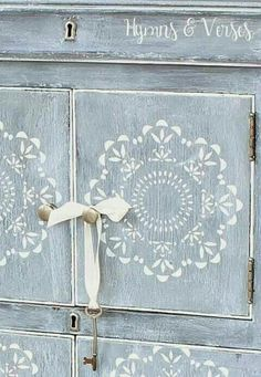 34 Ideas refinishing furniture with chalk paint shabby chic dressers Chalk Paint Furniture, Old Furniture, Hand Painted Furniture, Shabby Chic Furniture, Shabby Chic Decor, Furniture Makeover, Furniture Ideas, Studio Furniture, Western Furniture