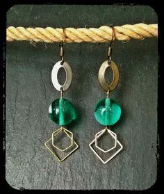 Très tendance cette paire de boucles d'oreilles pendantes à fermoir crochet en laiton composée de formes géométriques en métal, ovale, losange et carré, reliées à une perl - 6835019