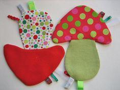 Doudou-champignon d'éveil à étiquettes-rouge et vert .