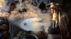 Vrijdag 16 januari 2015: Een Afghaanse winkelier kookt melk in Jalalabad.