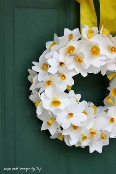 Daffo-di-light-ful! Grab the kids and come learn how to make this gorgeous paper daffodil wreath via @Jenn L Milsaps L Milsaps L Cooper