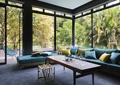 Salon à l'ambiance apaisante avec vue sur le jardin