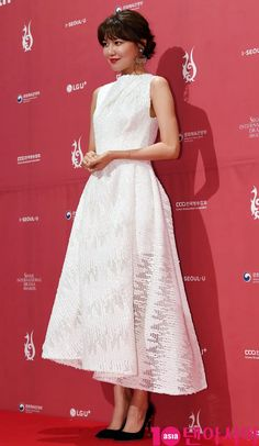 Sooyoung - 13th Seoul International Drama Awards Red Carpet Girls Generation, White Gowns, White Dress, Sooyoung Snsd, Park Seo Joon, Gold Gown, Young Fashion, High Fashion, Red Carpet Dresses