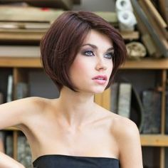 The Lucca Deluxe Lace wig from the Stimulate Art Class Collection is a sleek and classic cut, styled bob.