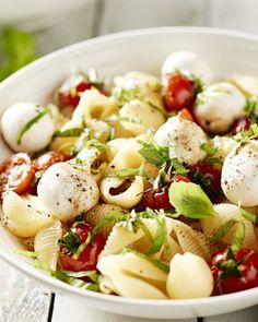 Salade caprese is natuurlijk een topklassieker en favoriet van iedereen. Maar waarom er niet eens een eenvoudige maar vullende pastaschotel mee maken? Salade Caprese, Caprese Pasta Salad, Vegetarian Recepies, Healthy Recipes, Healthy Food, Pizza, Happy Foods, Diy Food, Pasta Dishes