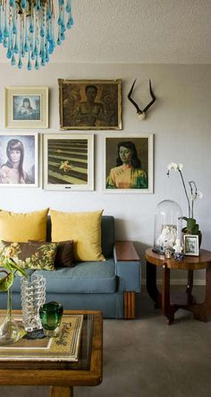 via desire to inspire. very casual mid-century style living room with portrait art My Living Room, Home And Living, Living Spaces, Modern Living, Living Room Inspiration, Home Decor Inspiration, Style Inspiration, Living Comedor, Ideas Geniales