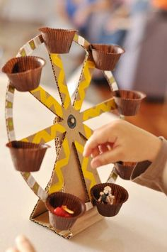 Estéfi Machado: Ferris wheel made of cardboard * Toys are also fun - Diy Cardboard Toys Kids Crafts, Projects For Kids, Diy For Kids, Diy And Crafts, Recycled Toys, Recycled Crafts, Recycled Materials, Cardboard Crafts, Cardboard Playhouse
