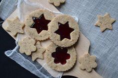 J'ai choisi de vous proposer aujourd'hui cette recette de biscuits car elle peut se faire en famille. Les vacances de Noël se prêtent en effet très bien à la cuisine partage, tout le monde pouvant donner un coup de main : les enfants, les grands-parents,...