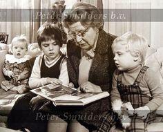 Koningin Juliana leest haar kleinkinderen voor