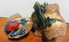 Dos ranas en Tagua sobre hoja disecada- Disponible en Weil Art