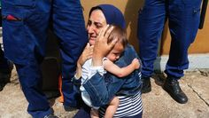 Verzweiflung: Eine Mutter hält weinend ihr Kind, nachdem ungarische Polizisten sie und ihre Familie an der Weiterfahrt gehindert haben.