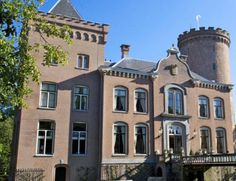 Altijd al willen overnachten in een 13e-eeuws kasteel? Dit is je kans! Deze prachtige burcht in Driebergen, vlakbij Utrecht biedt namelijk unieke kamers met originele kenmerken. Daarbij heb je een prachtig uitzicht over het omliggende platteland. #origineelovernachten #officieelorigineel #reizen #origineel #overnachten #slapen #vakantie #opreis #travel #uniek #bijzonder #slapen #hotel #bedandbreakfast #hostel #camping