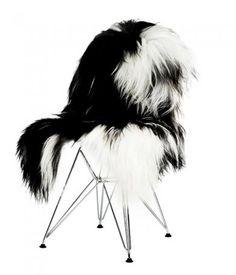 Flotte naturlige islandske lammeskind i 2 farver - men altid med hvid bund. Lammeskindene har pletter i forskellige str. og farve - pletterne er brune eller sorte - eller en kombination. De er lækre, bløde og langhårede og kan bruges som tæppe på gulvet, dække til din seng, pynt og sæde på stole...uanset hvad ser det skønt ud.  Skindet måler: længde 80-110 cm x bredde 70-100 cm. Hårlængde 15 cm.  NB størrelse og farve varierer fra skind til skind - ikke to er ens, og du kan heller ikke regne…