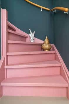 Paint the staircase pink with Histor stair paint Styled by Sabine - Paint the staircase pink with Histor stair paint Styled by Sabine - # Painted Staircases, Painted Stairs, Pink Houses, Staircase Design, My New Room, Stairways, Home Decor Inspiration, Foto E Video, My Dream Home