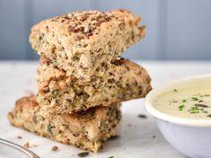 Découvrez la recette Scones salés aux céréales et graines de courge sur cuisineactuelle.fr.