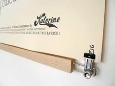 Le cintre pour affiche Poster-Pant, pinces chromées sans plis - Dezzig
