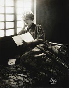 O cão que comeu o livro...: Leitora de 1918 / Woman reading in 1918 vintage photo