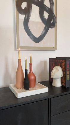 Basteln mit Flaschen? Verwandel herkömmliche Flaschen durch unser DIY und viele Tipps in echte Eyecatcher. Und die sehen nicht nur gut aus, sondern sind auch günstig! Auch als festliche Tischdeko lässt sich diese kostengünstige Dekoration in nur wenigen Schritten ganz einfach selbst herstellen. Flaschen Dekorieren mit unseren DIYs - lass dich inspirieren!/Westwing Interior Design upcycling Ideen Flaschen DIY Hack Trick Tipps Deko Vase dekorieren zero waste Chill, Indian Room Decor, Decoration, Candle Sconces, Wall Lights, Candles, Instagram, Design, Diy Hack
