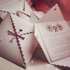 Convites+para+casamento+com+envelope+feito+com+recorte+especial.+Confeccionado+em+papel+Casca+de+Ovo+180g,+é+personalizado+de+acordo+com+o+seu+gosto.+++Quantidade+mínima:+10+unidades++Adicionais:+Tag+com+nome+do+convidado:+Dimensões:+3cm+x+5cm+Valor:+R$+0,25+cada++Convites+Individuais+Tamanho:+3cm+x+5cm+Valor:+R$+0,25+cada++Prazo+de+produção:+30+dias+úteis.++Para+solicitar+outras+opções+envie+e-mail+para+silvia.angelelliart@gmail.com R$ 3,50