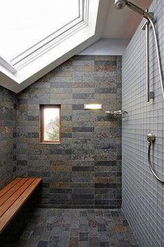 Cuarto de baño contemporáneo de suministro de diseño e instalación Small Attic Bathroom, Attic Bedroom Small, Attic Spaces, Attic Rooms, Loft Bathroom, Attic Playroom, Attic Apartment, Master Bathroom, White Bathroom Interior