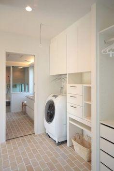 それぞれの間取りには目的と役割があります。例えば間取りの中でもリビングは「家族が団らん」したり「家族がくつろぐ」目的や役割があり、寝室は「体を休める場所」という目的と役... Laundry Closet, Laundry In Bathroom, M And S Home, Muji Home, House Inside, Laundry Room Design, Japanese House, Tiny House Design, Simple House